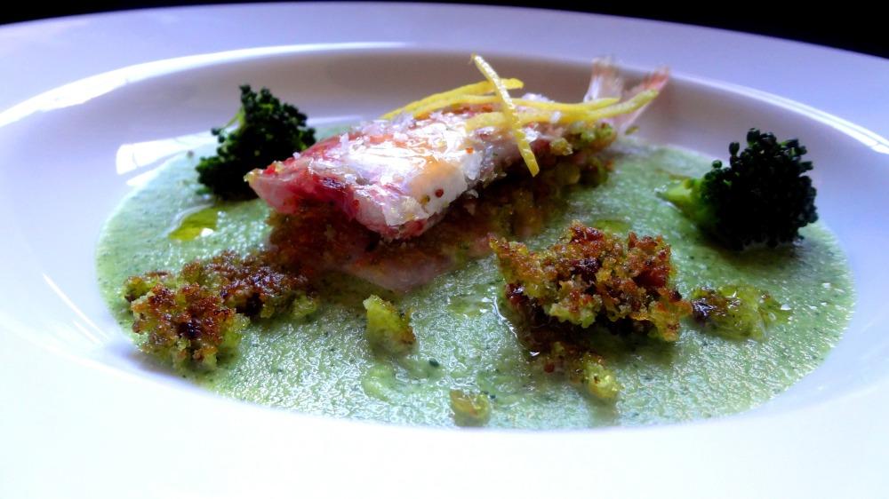 Triglia farcita, crema di broccolo siciliano e crumble di pane alle erbe