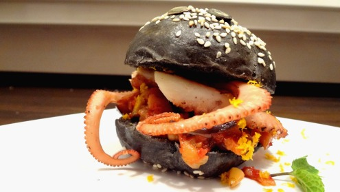 polpoburger- hamburger di polpo- cucinare con il pesce-pane al nero di seppia