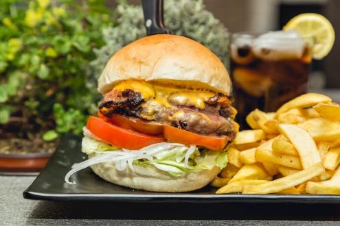 BACON CHEESE BURGER-American bun, 160g black angus texano, cheddar, bacon, lattuga, pomodoro, cipolla (2)