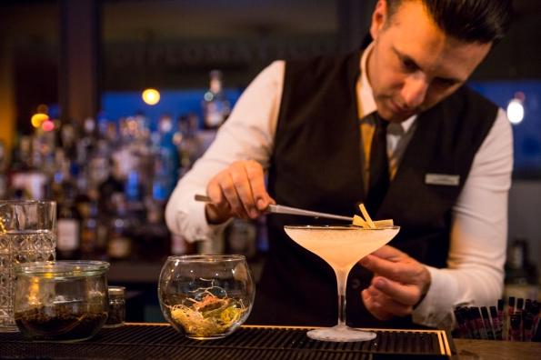 il barman claudio mentre prepara uno dei drink della nuova drink list