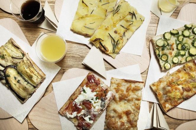 TAVOLO CON TRANCI DI PIZZA1