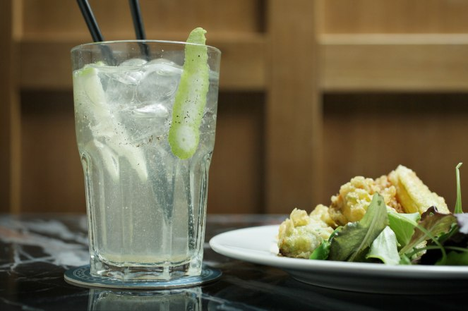 COCKTAIL-LO ZIO TONIC_ gin, cetriolo, pepe nero, sciroppo di zucchero e tonica