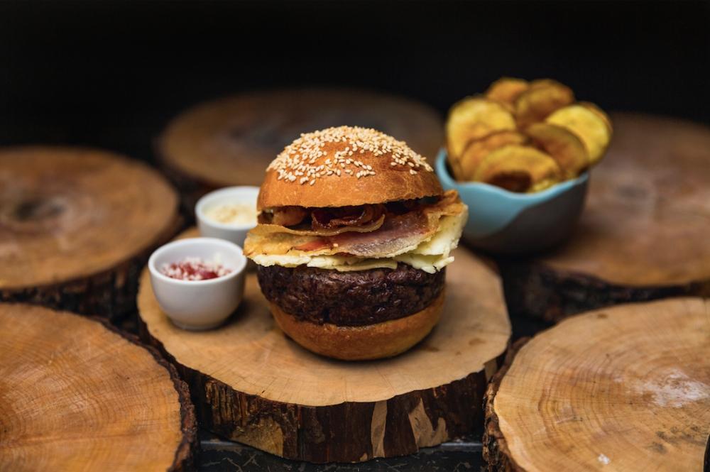 GRICIABURGER- 200 gr. di hamburger, pecorino stagionato, guanciale croccante, maionese al pepe e ketchup all'amatriciana e patatine chips
